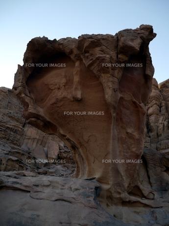 ヨルダンの世界遺産ワディ・ラムの奇岩の写真素材 [FYI00435537]