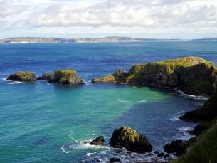 イギリスのキャリック・ア・リードの海岸と小島の写真素材 [FYI00435556]