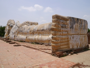 タイのアユタヤにある寝仏ワット・ローカヤースッターの写真素材 [FYI00435568]