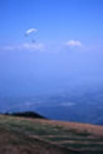 パラグライダーと琵琶湖大橋の写真素材 [FYI00435672]