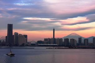 みなとみらいと富士山の写真素材 [FYI00435741]