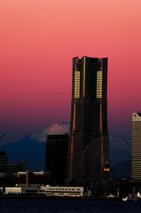 ランドマークタワーと富士山の写真素材 [FYI00435766]