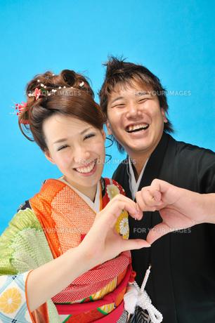 和で笑顔のふたりの写真素材 [FYI00435957]