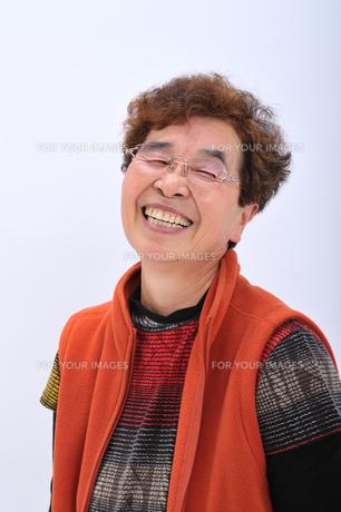 笑顔のおばあちゃんの写真素材 [FYI00435982]