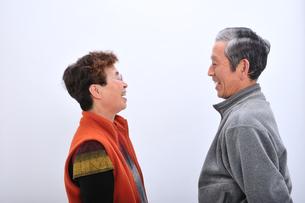 見つめ合う老夫婦の写真素材 [FYI00435999]