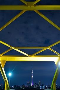 スカイツリーと鉄橋の写真素材 [FYI00436004]