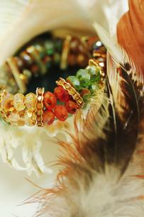 貝殻と羽と腕輪の写真素材 [FYI00436067]