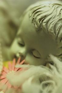 天使の置物とピンクの花の素材 [FYI00436082]