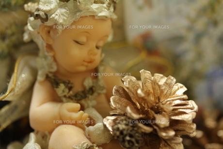 天使の置物とクリスマスリースの写真素材 [FYI00436095]