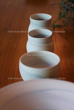 テーブルにならべた食器の写真素材 [FYI00436148]
