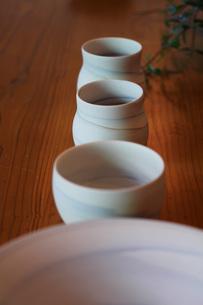テーブルにならべた食器の素材 [FYI00436148]