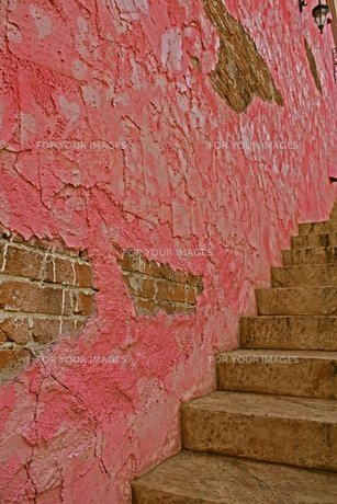 階段とピンクの壁の素材 [FYI00436153]