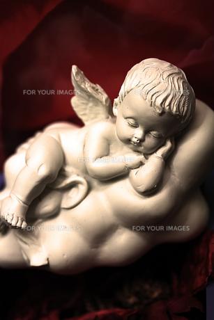 眠るベービー天使の置物の素材 [FYI00436157]