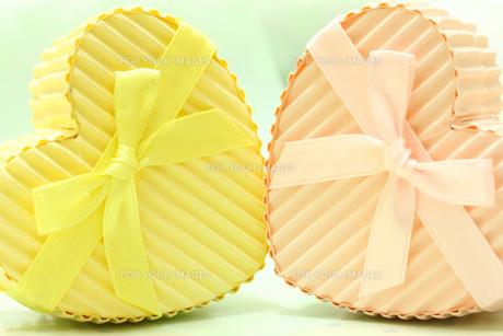 ピンク黄色のハートのギフトボックスの素材 [FYI00436163]