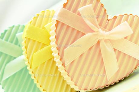 ピンクと黄色とブルーのハートギフトボックスの素材 [FYI00436171]