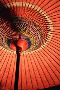 赤い和傘の写真素材 [FYI00436347]