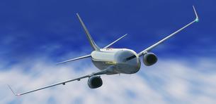 飛行するジェット機の写真素材 [FYI00436393]