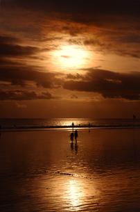 ビーチ、日没、人々の写真素材 [FYI00436658]