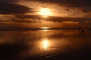 ビーチ、日没、人々の写真素材 [FYI00436675]
