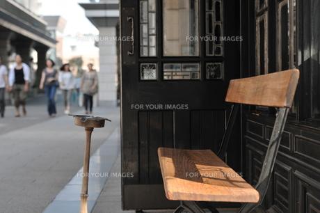 灰皿とベンチの写真素材 [FYI00436712]