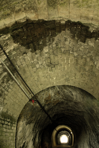 古いトンネルの写真素材 [FYI00436910]
