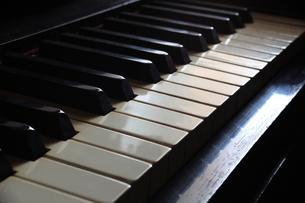 古いピアノの写真素材 [FYI00436988]
