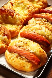 朝の惣菜パンの写真素材 [FYI00437080]