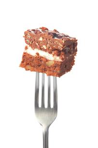 切り分けられたチョコケーキとフォークの写真素材 [FYI00437135]