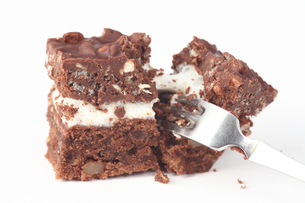 チョコケーキを崩すの写真素材 [FYI00437148]