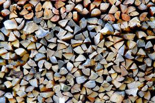 積まれた薪の写真素材 [FYI00437159]