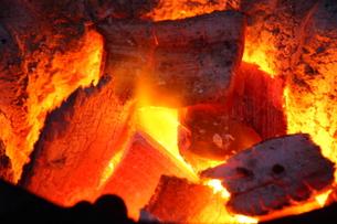 七輪の炎の写真素材 [FYI00437252]