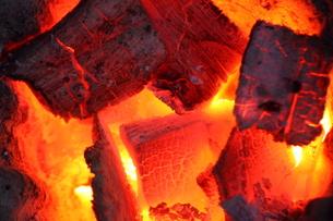 燃える黒炭の写真素材 [FYI00437255]