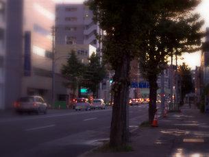 夕暮れの国道の写真素材 [FYI00437339]