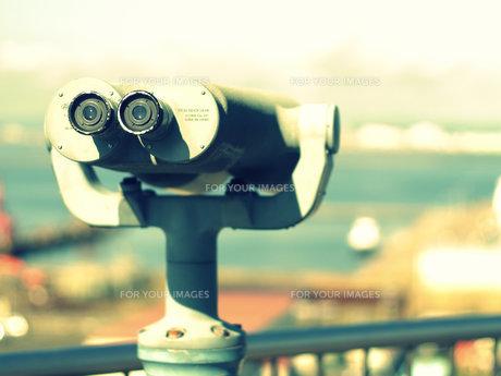 双眼鏡で見るの写真素材 [FYI00437341]