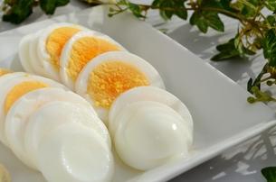輪切りの茹で卵の写真素材 [FYI00437367]