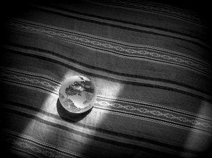 ガラス玉の地球の写真素材 [FYI00437375]