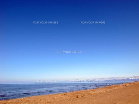 知床の山が見える海岸の素材 [FYI00437377]