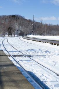 雪の積もるプラットホームの写真素材 [FYI00437392]