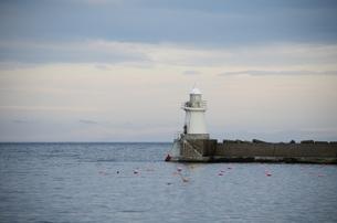 白い灯台の見える海の写真素材 [FYI00437394]