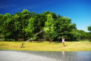 公園で水遊びする子供の写真素材 [FYI00437404]