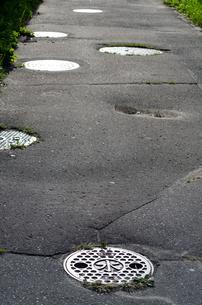道のマンホールの写真素材 [FYI00437419]