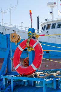 赤い救命浮き輪の写真素材 [FYI00437439]