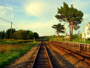 夕暮れの線路の写真素材 [FYI00437477]