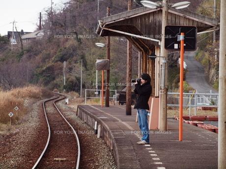 駅で写真を撮る青年の写真素材 [FYI00437513]
