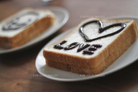 絵が描かれた食パン000001の写真素材 [FYI00437520]