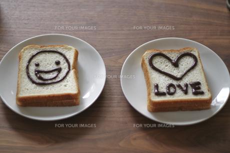 絵が描かれた食パン000002の写真素材 [FYI00437521]