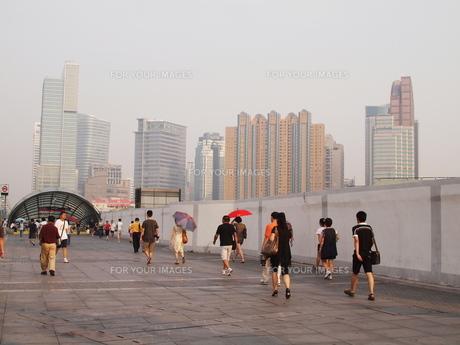 上海の通勤風景の写真素材 [FYI00437528]