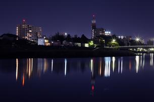 水辺の夜景の写真素材 [FYI00437540]
