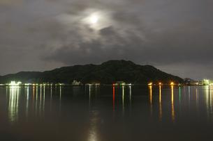 月光の海と山の写真素材 [FYI00437676]