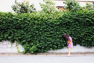 生い茂る緑と女の子の素材 [FYI00437725]